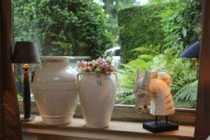 Das Landhaus Haan Fensterbank Sommerdekoration mit Vasen und Deko-Pferd