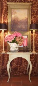 Das Landhaus Haan Studiodekoration Tisch mit Lampen und Vase